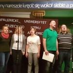 członkowie opalenickiej grupy wokalnej w trakcie występu. zdjecie wykonano w holu opalenickiego liceum.