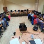na zdjeciu sala komputerowa ze stanowiskami komputerowymi przy 3 ścianach. przy komputerach siedzą dzieci i są zajęte pracą na nich