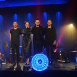na zdjęciu Katarzyna Groniec i trzech towarzyszących jej muzyków pozuje po zakończonym koncercie. na pierwszym planie 3 duże niebieskie lampy