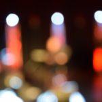 rozmazane zdjęcie gry świateł. można sie tylko domyślać, że przedstawia światła na scenie