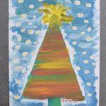 kartka świąteczna. malowana farbami. na środku wielobarwna choinka z przenikających się kolorów, dookoła choinki niebieskie tło