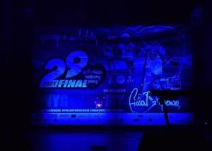 pusta scena. niebieskie światło, tłem sceny jest plansza 29 finału wielkiej orkiestry świątecznej pomocy