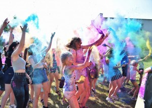 Zdjęcie zostało wykonane podczas zabawy kolorowymi proszkami, na zdjęciu widzimy tłum, który rzuca o góry proszkami