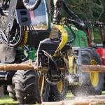 Na zdjęciu maszyna do cięcia drewna, jest to część pokazu techniki leśnej.