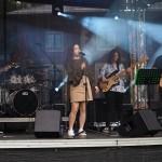 Na zdjęciu znajduje się zespół muzyczny Sounds Good. Zespół liczy pięć osób. Cztery z nich grają na instrumentach.
