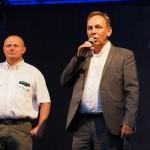 Na zdjęciu znajduje się Burmistrz Opalenicy i Nadleśniczy. Burmistrz ubrany jest w marynarkę i trzyma mikrofon, nadleśniczy w białą koszulę.