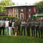 Zdjęcie zrobione na tyłach Pałacu w Porażynie. Zdjęcie przedstawia zespół Sounds Good oraz Zespół Sygnalistów Myśliwskich. Jest to zdjęcie grupowe