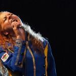Zdjęcie przedstawia Wokalistkę wykonującą utwór Co mi Panie Dasz. Wokalistka uchwycona jest w momencie śpiewu.