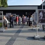 Zdjęcie zostało zrobione przed CKiB w Opalenicy. Podczas otwarcia wystawy poświęconej kard. Wyszyńskiemu. Na pierwszym planie widać zdjęcie, w tle możemy zobaczyć oglądających wystawę.