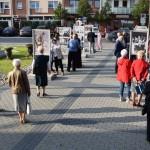 Zdjęcie zostało zrobione przed CKiB w Opalenicy. Podczas otwarcia wystawy poświęconej kard. Wyszyńskiemu. Na pierwszym planie widać oglądających wystawę