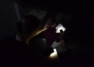 Zdjęcie zostało zrobione przed CKIB - na schodach. Jest to ujęcie z Narodowego czytania. Zdjęcie jest całkowicie ciemne, widać tylko oświetlone książki i kawałek ręki aktorki (młodszej)