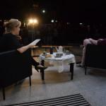 Zdjęcie zostało zrobione przed CKIB - na schodach. Jest to ujęcie z Narodowego czytania, na zdjeciu siedzą dwie kobiety z lewej młodsza, z prawej młody mężczyzna, po środku stoi stolik a na nim serweta robiona na szydełku i serwis.