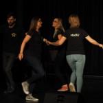 Zdjęcie zostało wykonane w sali widowiskowej CKiB w Opalenicy. Na zdjęciu widać trzymających się występujących tańczacych w kółko.