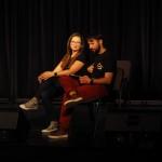 Zdjęcie zostało wykonane w sali widowiskowej CKiB w Opalenicy. Na krzesłach na scenie siedzą kobieta i mężczyzna.