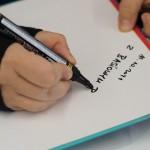 Na zdjęciu autorka podpisuje książkę.