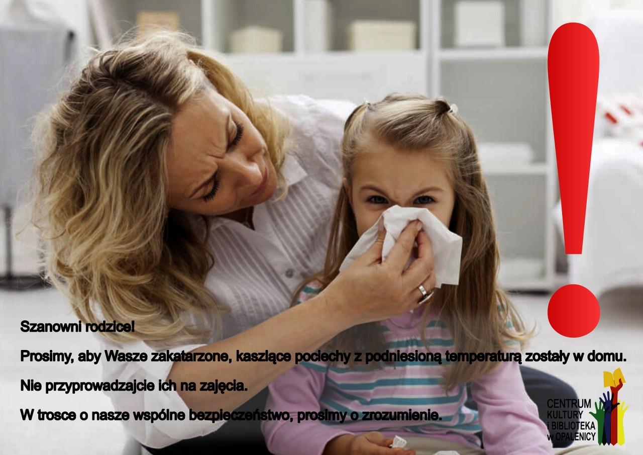 plakat informacyjny, przedstawiający mamę trzymającą chusteczkę i dziecko dmuchające w tę chusteczkę. Na zdjęciu napisana jest informacja, aby dzieci zakatarzone i kaszlące nie przychodziły na zajęcia.